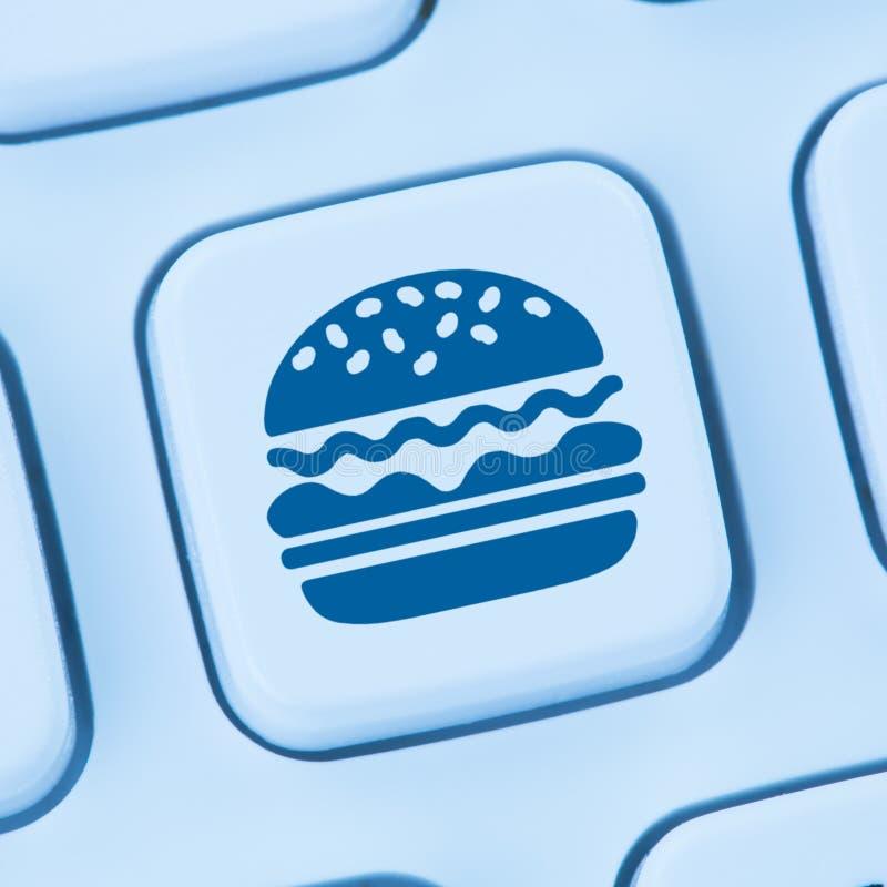 Alimentos de preparación rápida del cheeseburger de la hamburguesa que piden entrega en línea de la orden foto de archivo libre de regalías