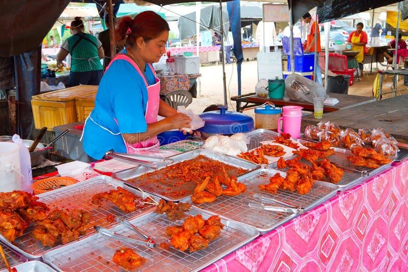 Alimentos De Preparación Rápida En El Mercado En Khao Lak Fotografía editorial