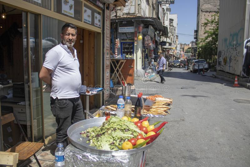Alimentos de preparación rápida que venden pescados asados a la parrilla al aire libre fotos de archivo
