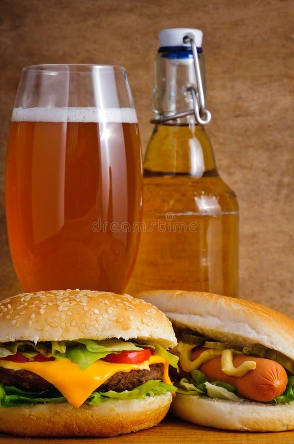 Alimentos de preparación rápida y cerveza imágenes de archivo libres de regalías