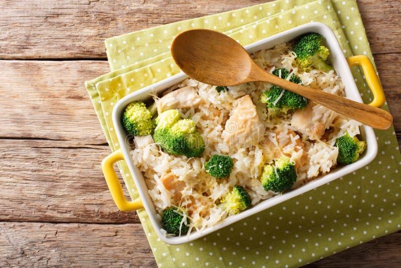 Alimentos dietéticos: el arroz coció con clos del bróculi, del pollo y del queso fotografía de archivo libre de regalías