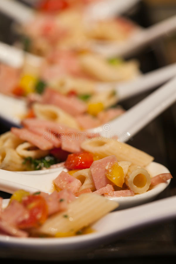 Alimentos e fruto para o cocktail no banquete de casamento imagem de stock royalty free