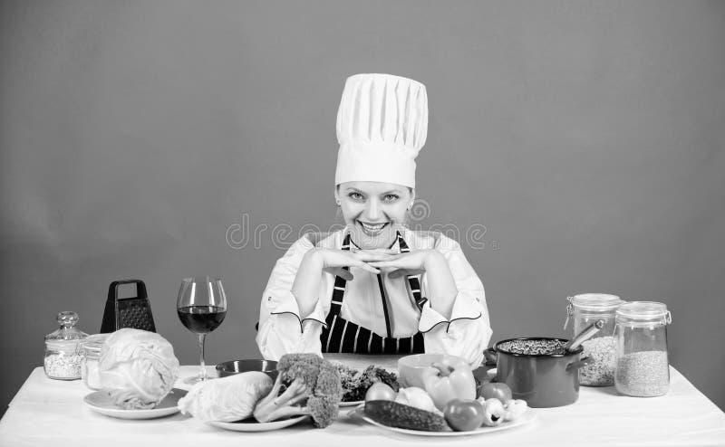 Alimentos frescos cada dia Cozinheiro feliz que prepara o alimento do vegetariano Cozinheiro chefe bonito que sorri com alimento  fotos de stock