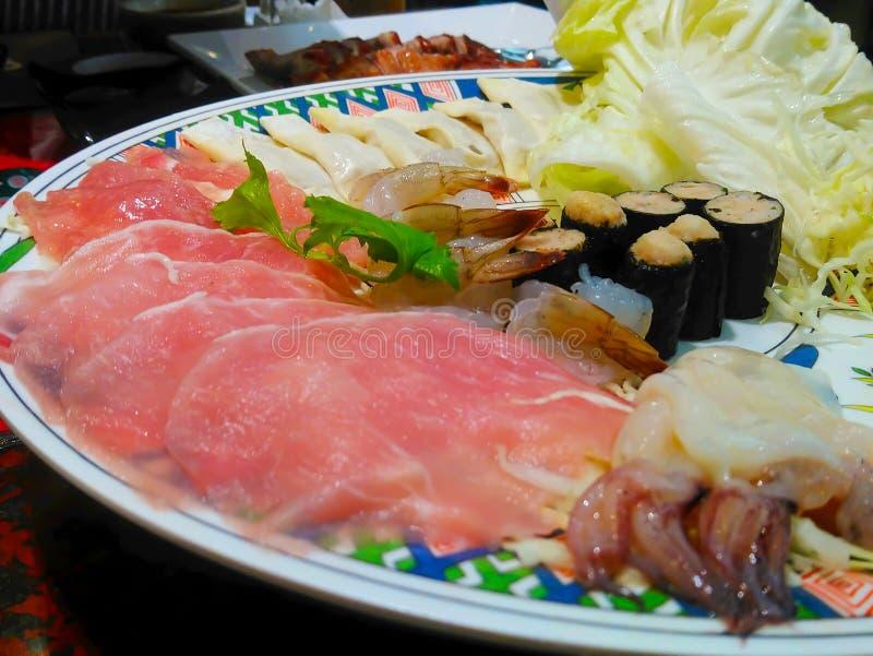 Alimentos frescos, carne, peixes, camarão, calamar e Meatba alga-envolvido imagem de stock royalty free