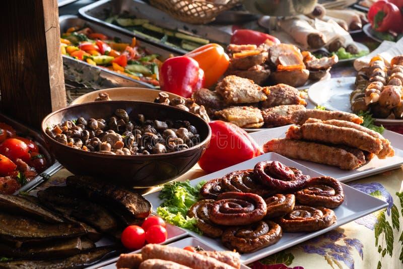 Alimentos frescos e saborosos que se encontram em caixas no mercado do consumo na rua imagem de stock royalty free
