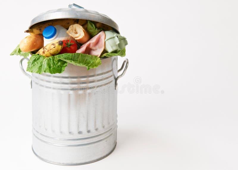 Alimentos frescos na lata de lixo para ilustrar o desperdício imagem de stock