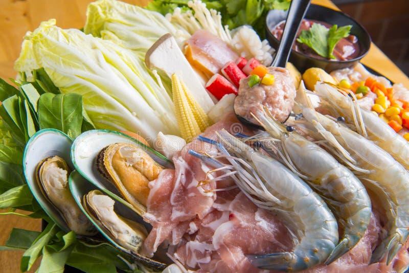 Alimentos frescos para fazer o shabu fotos de stock
