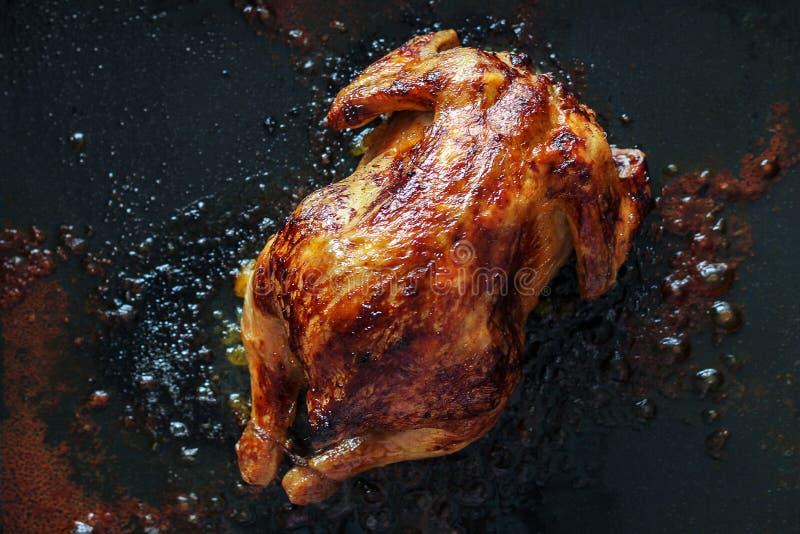 Alimentos gordos insalubres galinha cozida nos flutuadores do forno na gordura colesterol, carcinogêneos, e dieta insalubre imagens de stock