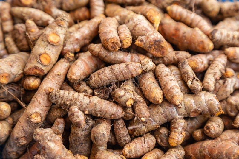 Alimentos Lagos Nig?ria da borda da estrada; C?rcuma em uma bacia foto de stock royalty free