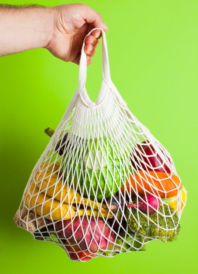 Alimentos orgânicos naturais em sacos de malha de algodão imagens de stock royalty free