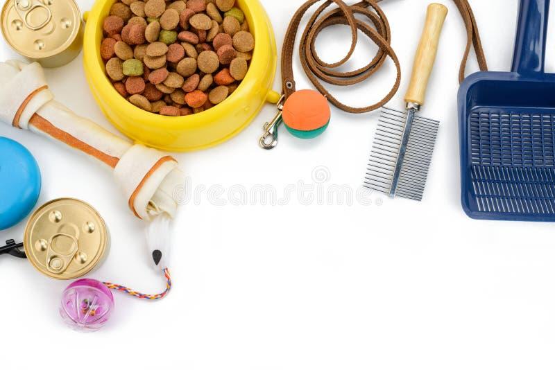 Alimentos para animais de estimação, brinquedos e fontes imagem de stock royalty free