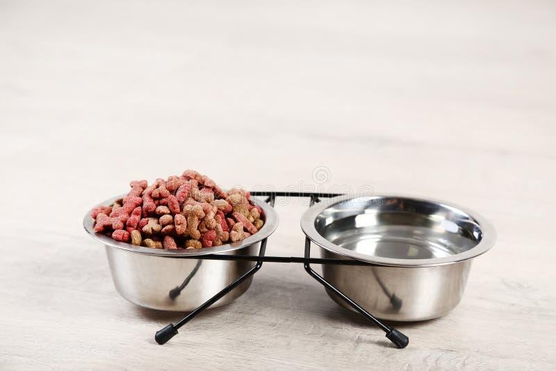 Alimentos para animais de estimação e água secos foto de stock royalty free