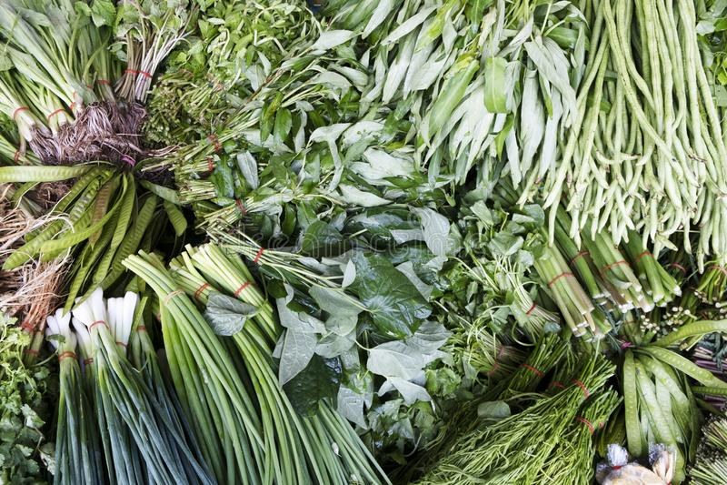 Alimentos saudáveis de legumes e verduras orgânicos frescos no mercado de mercearias estilo asiático fotos de stock royalty free