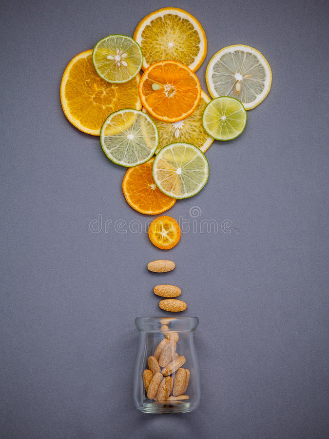 Alimentos saudáveis e conceito da medicina Garrafa da vitamina C e do vari fotografia de stock