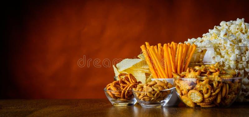 Alimentos sem valor nutritivo salgados dos petiscos com Cópia-espaço fotografia de stock royalty free