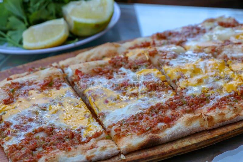 Alimentos turcos deliciosos tradicionais; carne com pide dos ovos fotografia de stock royalty free