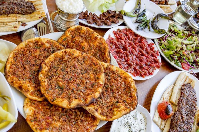 Alimentos turcos deliciosos tradicionais; No espeto de Adana, carne grelhada fotos de stock