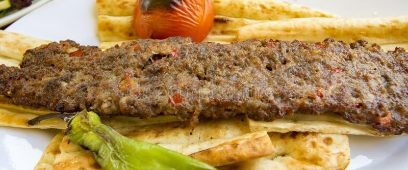 Alimentos turcos deliciosos tradicionais; No espeto de Adana, no espeto dos si fotografia de stock