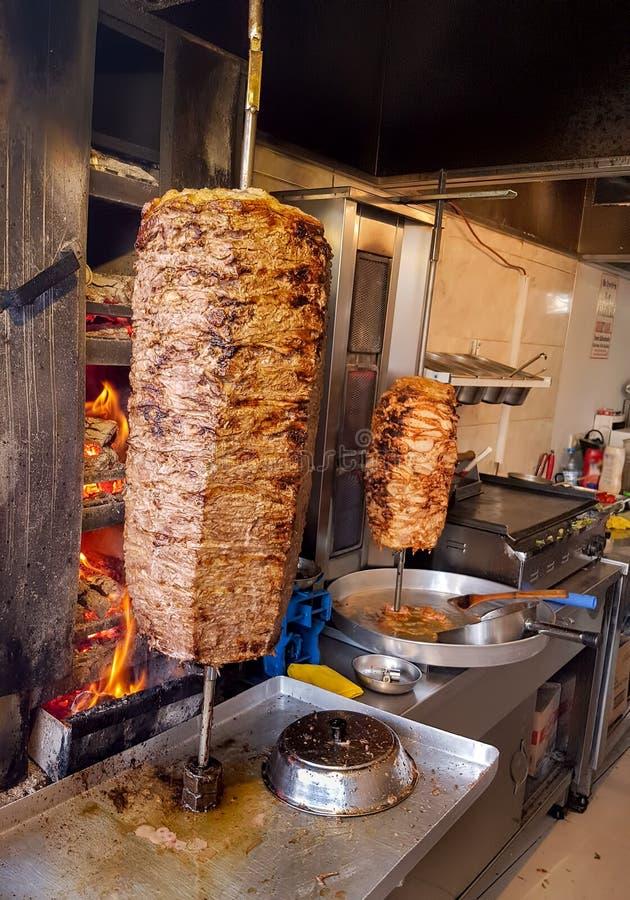 Alimentos turcos deliciosos tradicionais; No espeto de Doner, carne grelhada fotografia de stock