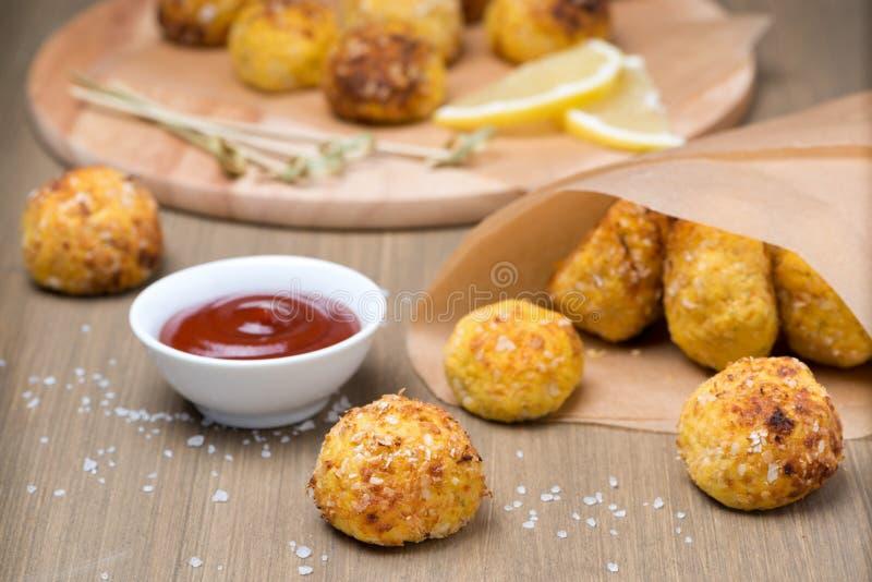 Aliments de préparation rapide - boulettes de viande de poulet avec la sauce tomate image libre de droits