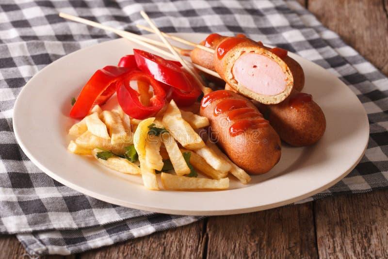 Aliments de préparation rapide : chien et fritures de maïs sur un plan rapproché de plat horizontal photos libres de droits