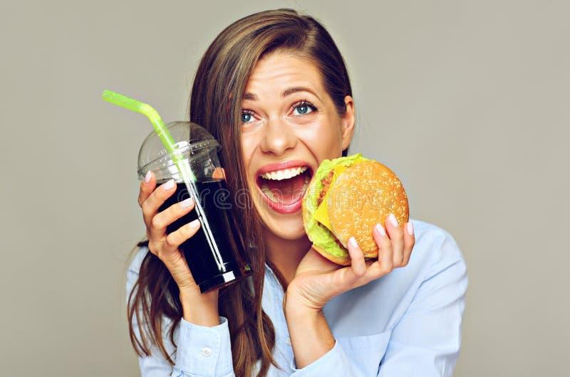 Aliments de préparation rapide classiques américains d'eatin heureux de femme image libre de droits