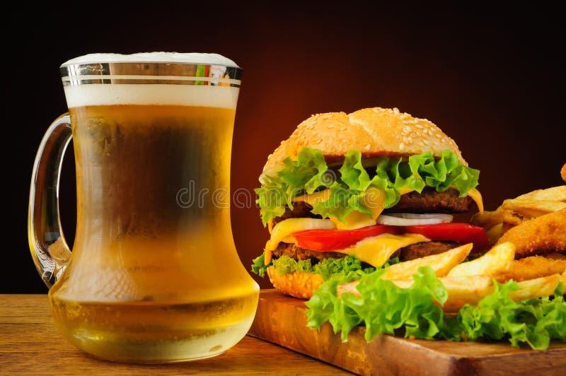 Aliments de préparation rapide et bière image stock
