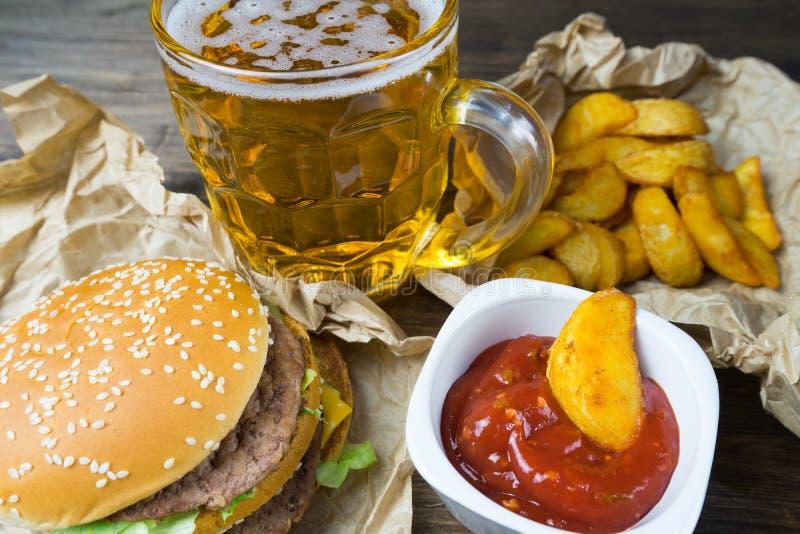 Aliments de préparation rapide et un verre effrayant de bière blonde fraîche image stock