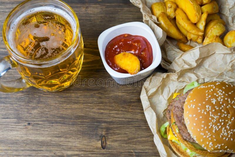 Aliments de préparation rapide et un verre effrayant de bière blonde fraîche photographie stock libre de droits