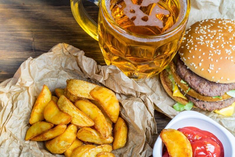 Aliments de préparation rapide et un verre effrayant de bière blonde fraîche photo libre de droits