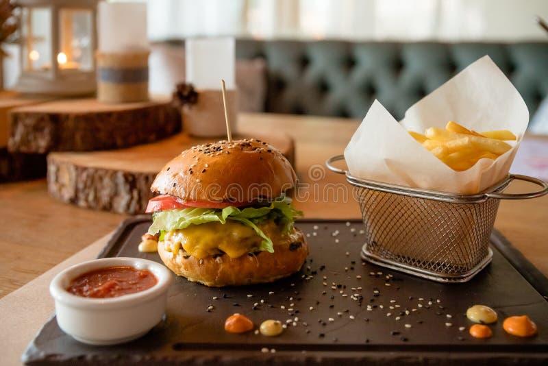Aliments de préparation rapide hamburger Hamburger fait maison savoureux délicieux frais en gros plan Cet hamburger avec en bois  images stock