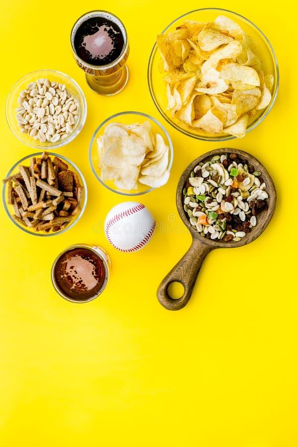 Aliments de préparation rapide pour l'observation de TV Casse-croûte sur le bureau Puces, écrous, biscottes et bière sur l'espace photos stock