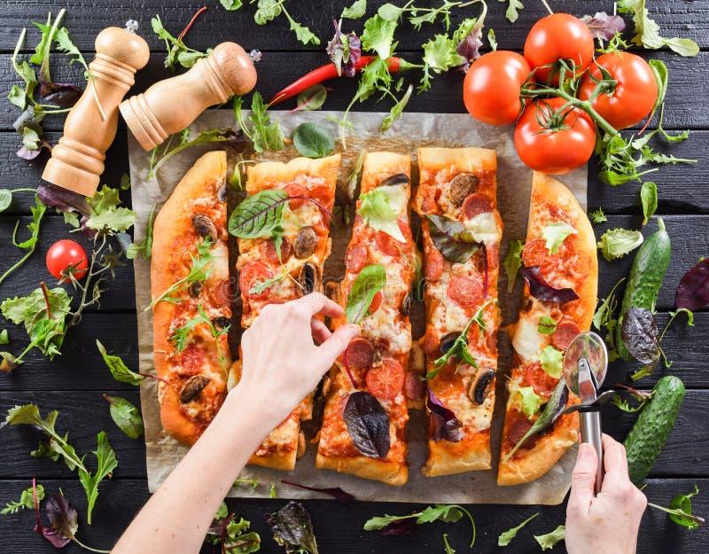 Aliments de préparation rapide végétariens italiens Flatlay de femme remet la coupure grande image libre de droits