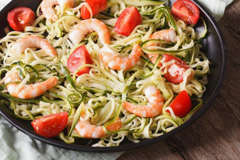 Aliments diététiques : pâtes de courgette avec le plan rapproché de crevette horizontal photographie stock