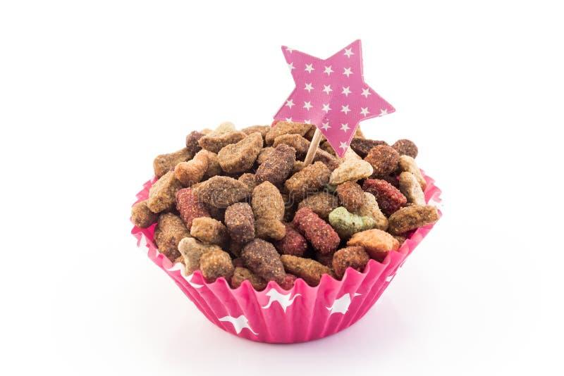 Aliments pour chats sous forme de petit gâteau image libre de droits