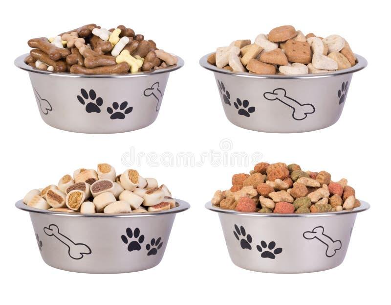 Aliments pour chiens dans des cuvettes d'isolement sur le fond blanc photo libre de droits