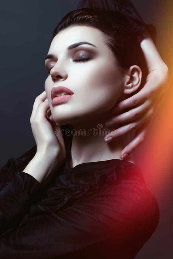 Alina die u bekijkt makeup wapens toning royalty-vrije stock fotografie