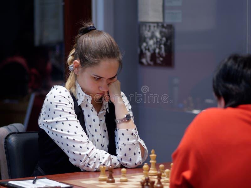 Alina Kashlinskaya i toppen-finaler av den ryska schackmästerskapet royaltyfria bilder