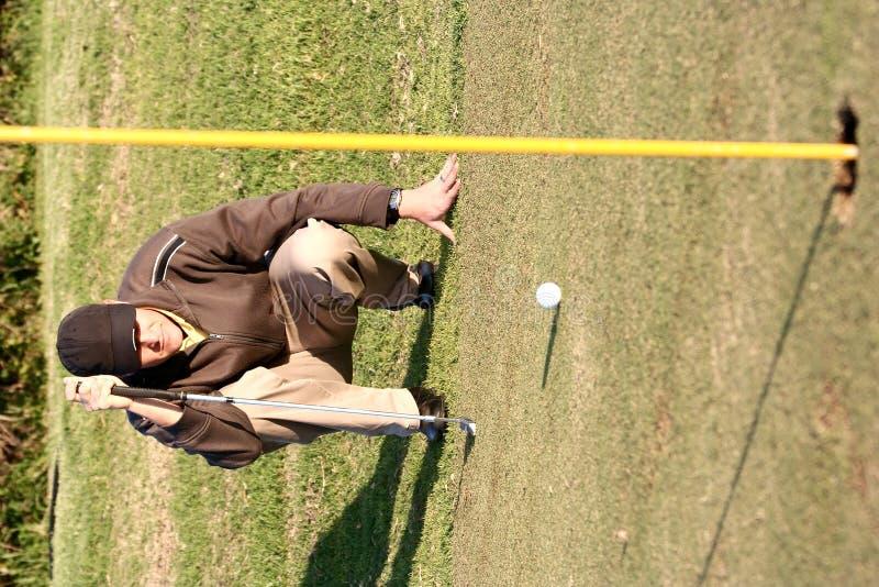 Alineación de putt del golf foto de archivo libre de regalías