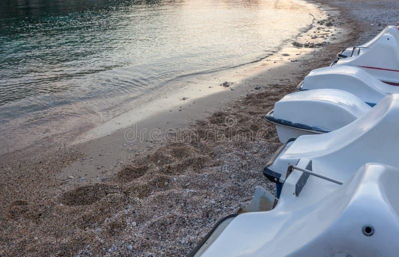 Alineación del esquí del jet El parque del vehículo de los deportes acuáticos sobre la arena Mareas que consiguen bajas Guijarros imágenes de archivo libres de regalías