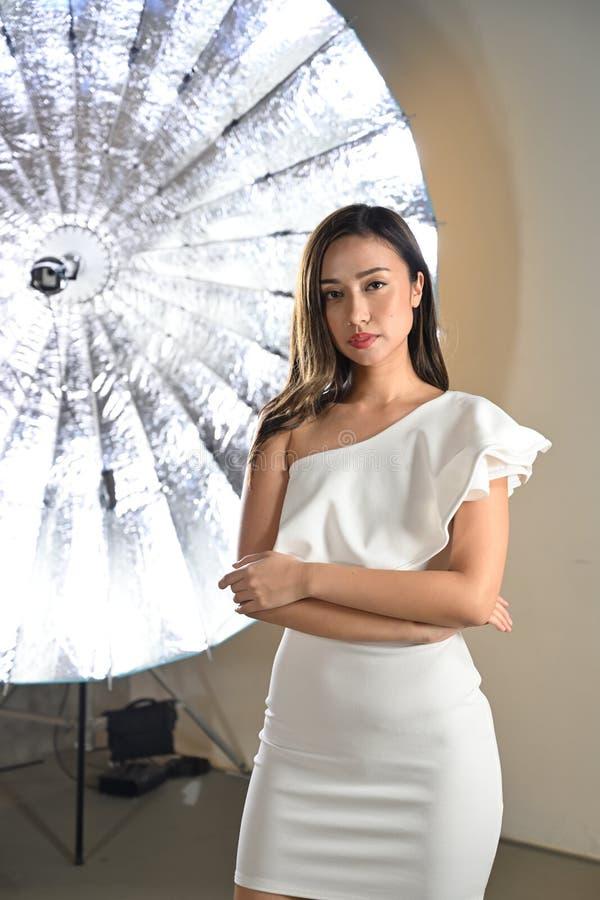 Alineada blanca del modelo de moda foto de archivo