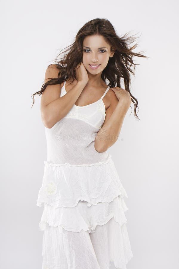Alineada blanca que desgasta de la muchacha triguena atractiva atractiva imagen de archivo libre de regalías