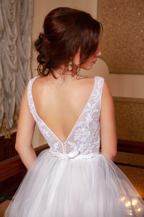 Alineada de boda hermosa Novia en vestido de boda en un apartamento de lujo Cierre para arriba fotos de archivo libres de regalías