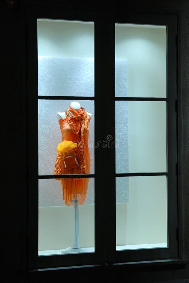 Alineada en ventana de almacén fotografía de archivo