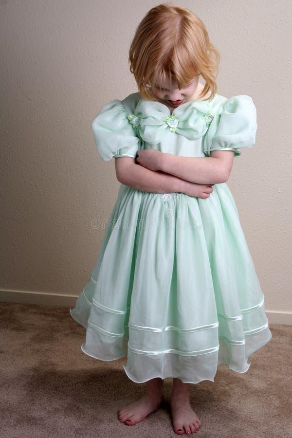 Alineada infeliz del verde de la niña fotografía de archivo