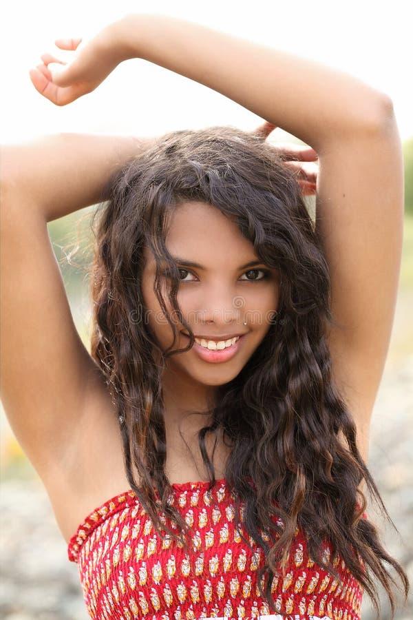 Alineada roja sonriente del retrato al aire libre adolescente de la muchacha de los jóvenes imagenes de archivo