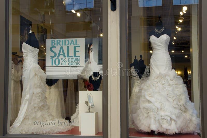 Alineadas de boda blancas elegantes hermosas en ventana de tienda fotografía de archivo libre de regalías
