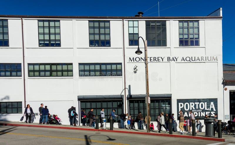 Alinhe para entrar no aquário da baía de Monterey fotografia de stock