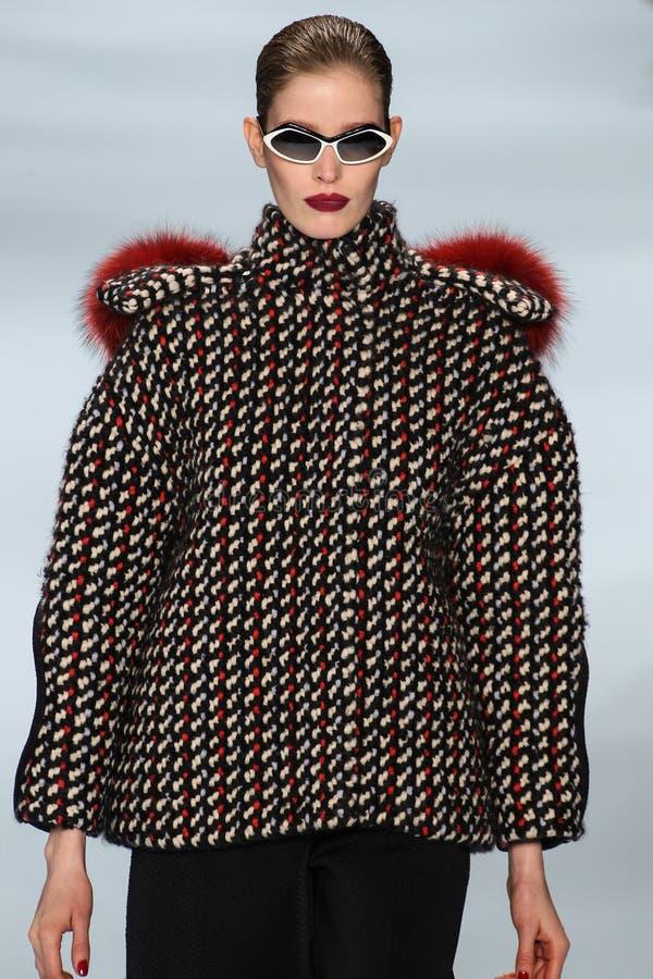 Alisa Ahmann modèle marche la piste portant la collection de Carolina Herrera Fall 2015 images libres de droits