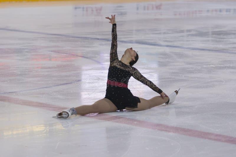 Alisa Gusejnova från Vitryssland utför fritt åka skridskor program för vuxna damer för Pre-brons grupp I på nationell konståkning royaltyfri bild